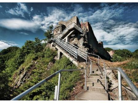 ruinele-cetatii-poenari-castelul-lui-dracula-sunt-o-adevarata-capcana-turistica-6638