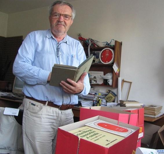Radu-Ciprian Pop, pregăting cărţi pentru a fi donate