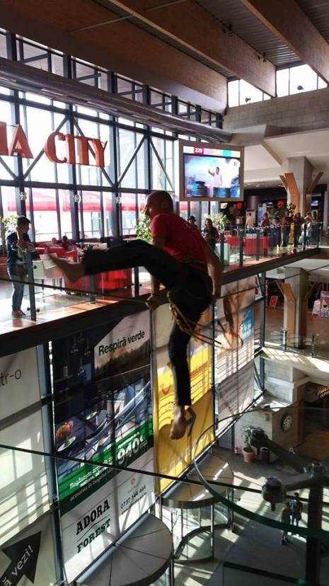 echilibristica la Iulius Mall highline Flaviu Cernescu si George Ciprian Lungu iulie 2015 (9)