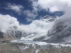 Everest mic în spate şi în centru West Shoulder 7000 m, în stânga jos, de-a lungul gheţarului este tabăra de bază.