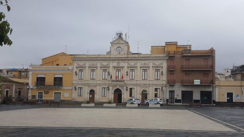 Misure anticovid a ferragosto, l'ordinanza del Comune di Carlentini. Chiusura  degli esercizi al dettaglio