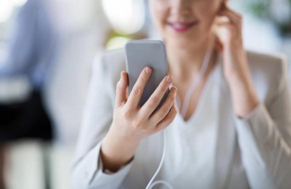 Kleine Webradios wurden vor allem deshalb so erfolgreich, weil so viele Menschen per Smartphone den Sendern in jeder Situation zuhören können. (stock.adobe.com © Syda Productions)