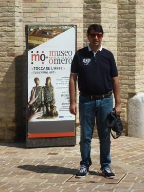 Andrea-di-fronte-al-museo