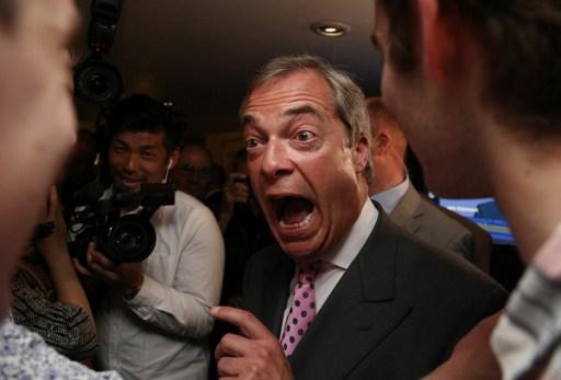 Liderul UKIP, Nigel Farage, un puternic sustinator anti-EU, reactioneaza la aflarea rezultatelor. / AFP PHOTO / GEOFF CADDICK