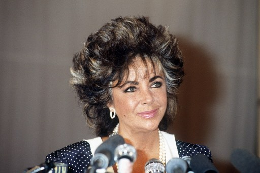 US actress Elizabeth Taylor attends a gala at the Paradis Latin organised for the fight against AIDS, on November 11, 1985, in Paris. / AFP PHOTO / PIERRE GUILLAUD
