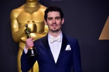 Damien Chazelle poses in the press room with the Oscar for Best Director during the 89th Annual Academy Awards on February 26, 2017, in Hollywood, California. / AFP PHOTO / FREDERIC J. BROWN