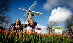 Olympic medalists and skating brothers Michel Mulder (L) and Ronald Mulder show their medals during the official opening of the 65th edition of the international Keukenhof flower show in Lisse, the Netherlands, on March 18, 2014. Because of the early spring, the Keukenhof is already in full bloom now. AFP PHOTO / ANP / ROBIN VAN LONKHUIJSEN ***Netherlands out*** / AFP PHOTO / ANP / ROBIN VAN LONKHUIJSEN