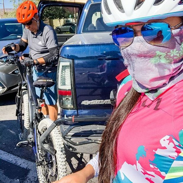 Morning ride with pops on the SR159 and it was hella windy! My friends were smart to call this ride off, but we still wanted to go. At one point, I felt like I was just pedaling in place because of the headwinds and uphill. Meanwhile, pops was cruisin' like he was on the Hermosa Beach boardwalk 🤦🏽♀️ eBikes! Lol.Kit by @thisdirtlife #LasVegasLasses#Donuts by @dunkin #poweredbybase #baseperformance #cycling #lasvegascyclery #michelobultra #teamultra