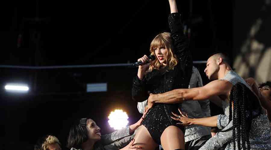Taylor Swift sahnede devleşti.