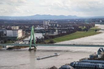 Blick vom Kölner Dom auf die Severinsbrücke und das Siebengebirge