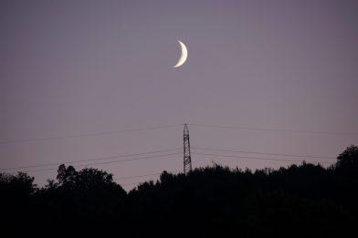 Der Mond bewacht die Südanflugschneise