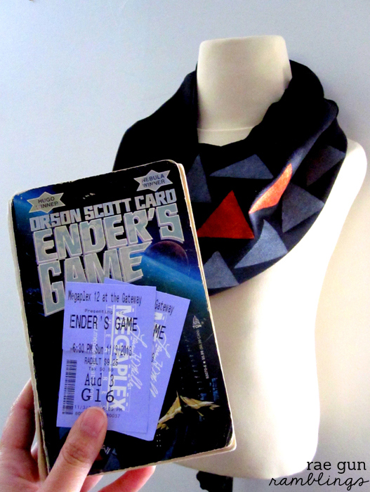 The perfect gift for your Ender's Game fan. A super easy Dragon Army infinity scarf. Full tutorial at Rae Gun Ramblings