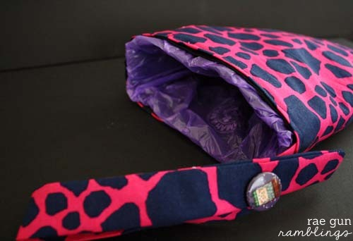 How to make a car trash bag holder in just an hour. Uses those doggie/diaper bags so smart!