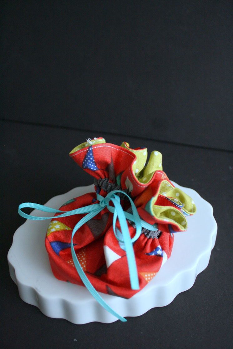 love this easy DIY alternative to standard gift card holders. 20 minute circular pouch tutorial