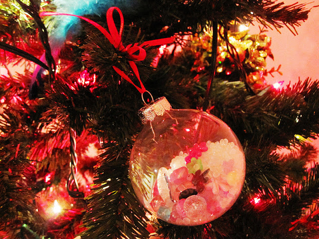 So fun. I SPY ornaments. Have the kids make them for a cute DIY Christmas memento or decoration