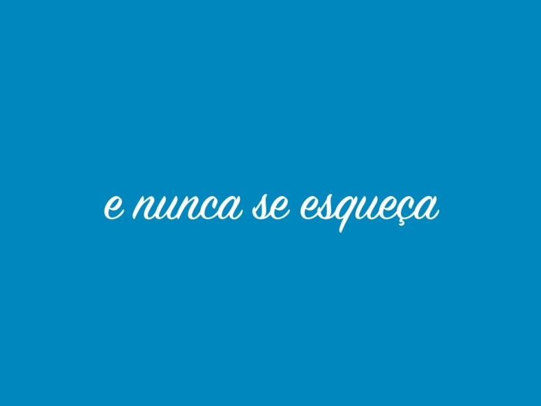 texto ¨e nunca se esqueça¨ escrito em fonte cursiva sobre um fundo azul