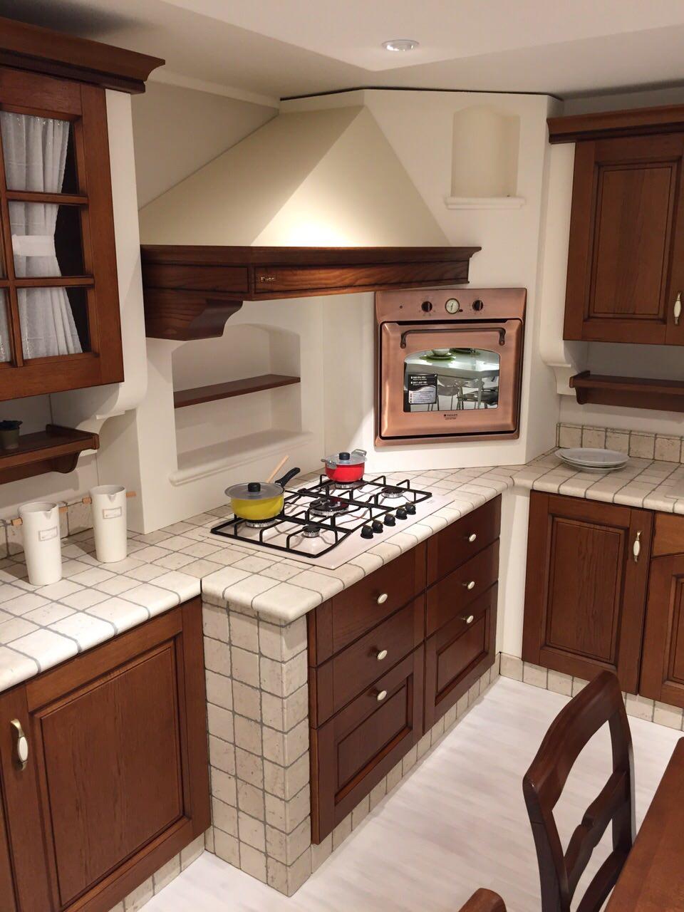 Cucina in muratura completa di elettrodomestici e tavolo e sedie  Rafaschieri Arredamenti