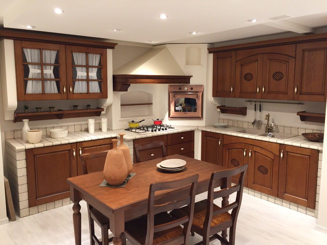 Cucina in muratura completa di elettrodomestici e tavolo e