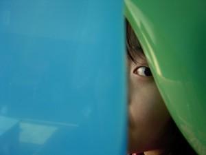 Peeking out from behind a curtain lucasmalta@yahoo.com.br