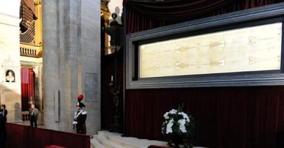 Il Papa: rivolgiamo lo sguardo alla Sindone. Ostensione alle 17 ...