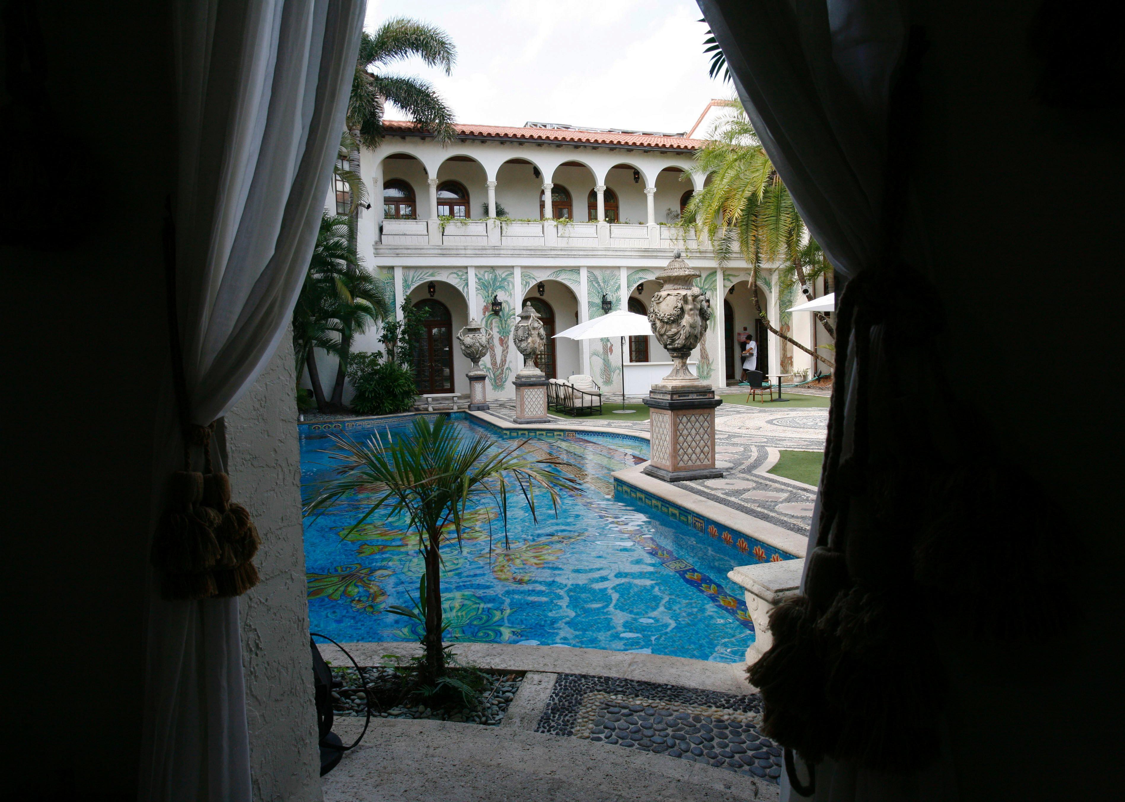 I Beckham comprano Casa Casuarina la villa dove fu ucciso Versace le foto  Photogallery
