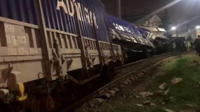 izmirde tren kazasi yuk treninin vagonlari raydan cikarak devrildi