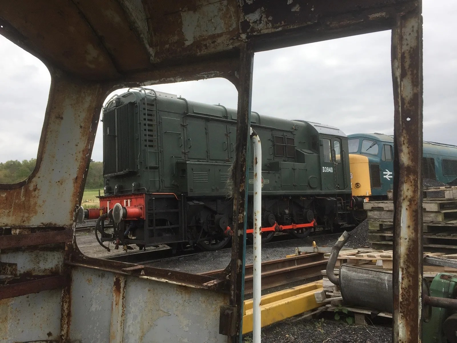 Class 08 D3940 alongside Peak loco 45133 (D40) spied from the cab of D7597 (25247) at the NNR