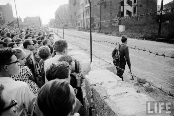 hist_us_20_cold_war_pic_berlin_wall_crowd_guard