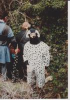un chien qui oriente/accompagne les aventuriers dans un couloir souterrain