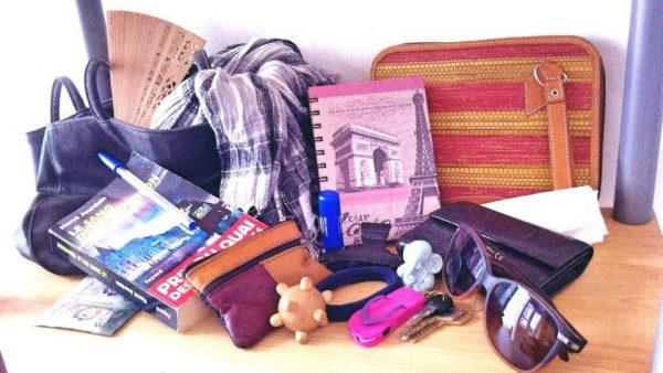 pochette carnet de note écharpe éventail sac à main livre de poche le sang de la trahison statuette ganesh boule de massage à picots lunettes de soleil porte-monnaie porte-feuille porte-clés