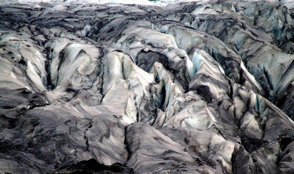 Là-bas Islande chaine montagneuse désert