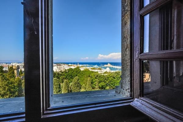 fenêtres ouvertes arbres ville port mer ciel bleu