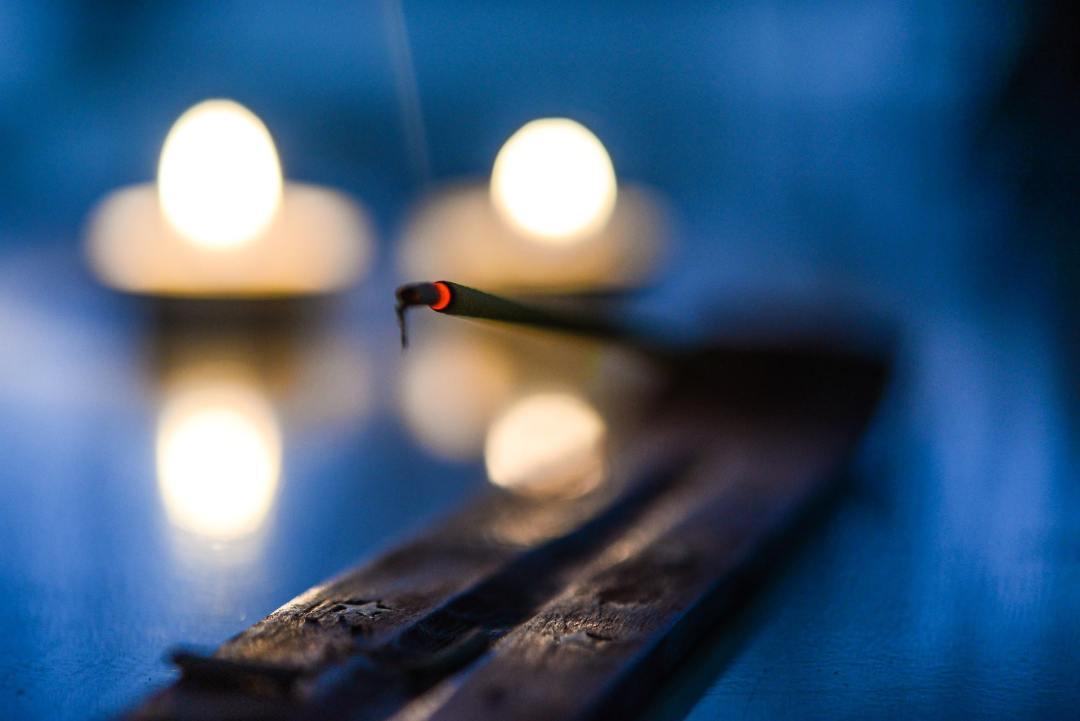 Encens et lueur de bougies