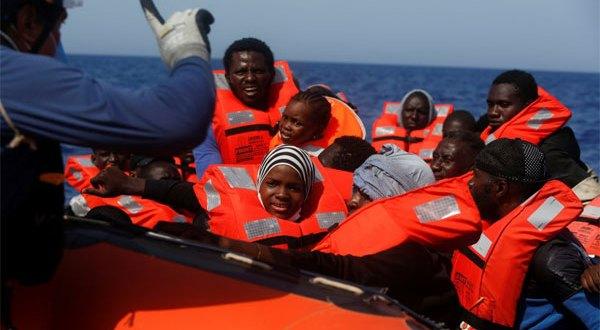 مطالبات بإيجاد ميناء آمن لأكثر من 800 مهاجر تم إنقاذهم فى البحر