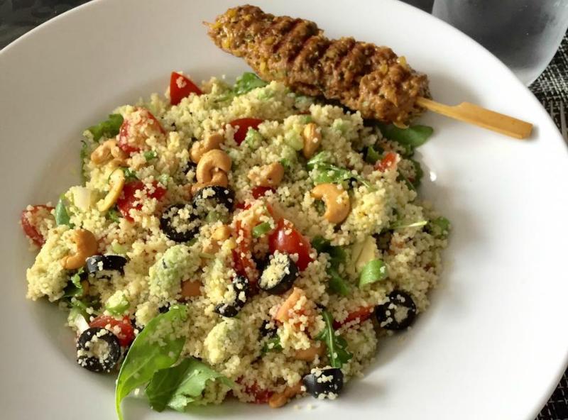Couscous salade met avocado en tomaat