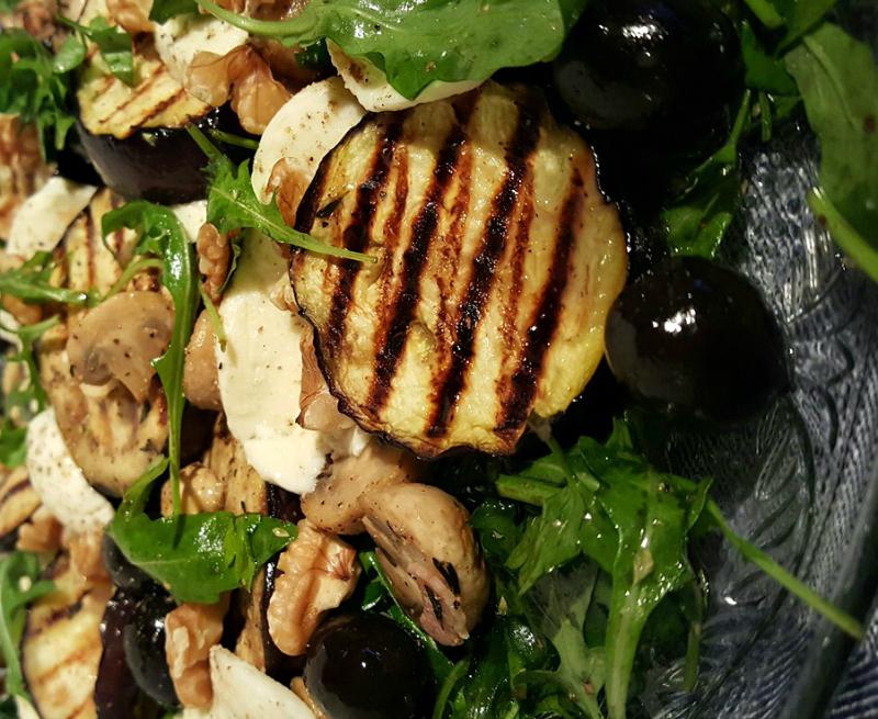 Mediterrane salade met aubergine en rucola