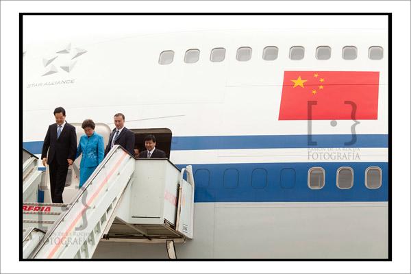 El presidente de China, Hu Jintao desciende las escalinatas del avión. Foto Ramón de la Rocha