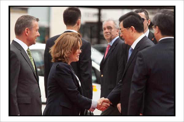 Soraya Sáenz de Santamaría saluda a Hu Jintao. Foto Ramon de la Rocha
