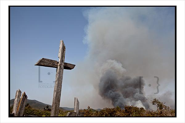 Una cruz de un calvario en las proximidades del incendio de Erjos
