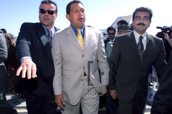 El presidente de Venezuela, Hugo Chávez y el presidente del Gobierno de Canarias, Román Rodríguez (derecha), en la pista del aeropuerto Tenerife Sur donde llegó el mandatario venezolano en su visita de dos días a Canarias en febrero de 2000