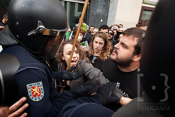 Momento de tensión entre manifestantes y policía nacional con motivo de la inauguración de La Catedral de La Laguna a cargo del ministro de Educación, Cultura y Deportes, José Ignacio Wert