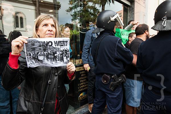 Una mujer protesta contra la presencia del ministro de Cultura, Educación y Deportes, José Ignacio Wert, en la reapertura de La Catedral de La Laguna