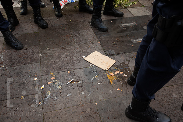 Restos de huevos lanzados por los manifestantes que protestaban por la presencia del ministro Wert en la reapertura de La Catedral de La Laguna