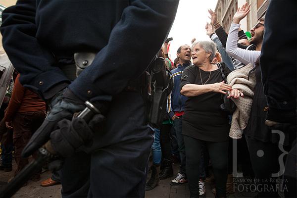 Manifestantes protestaron hoy frente a La Catedral de La Laguna y ante un fuerte dispositivo policial, ante la presencia del ministro Wert en la reapertura del templo