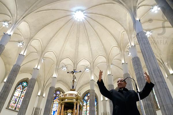 El Deán de La Catedral de La Laguna, Julián de Armas, se dirige a los visitantes del templo para explicarles las características del mismo tras su remodelación.