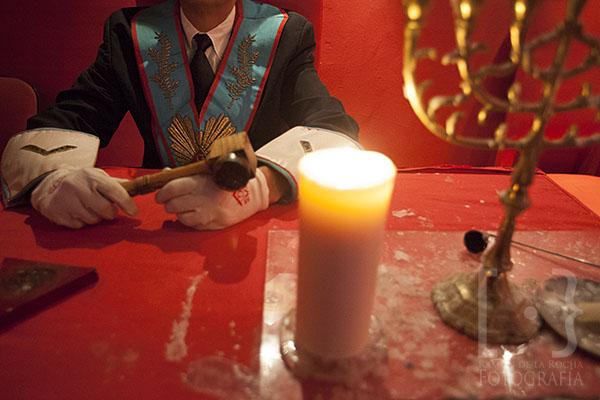 El director de la logia sentado en su lugar dentro del templo de la logia Nuevo Mundo 88. © Ramón de la Rocha