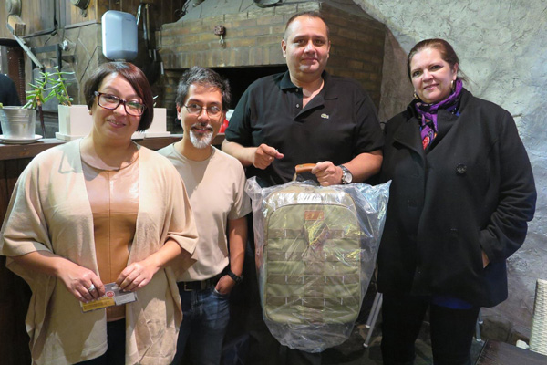 Elba, Isaac y Luisa Amparo tras recoger los premios del sorteo. Foto: Teo Marrero