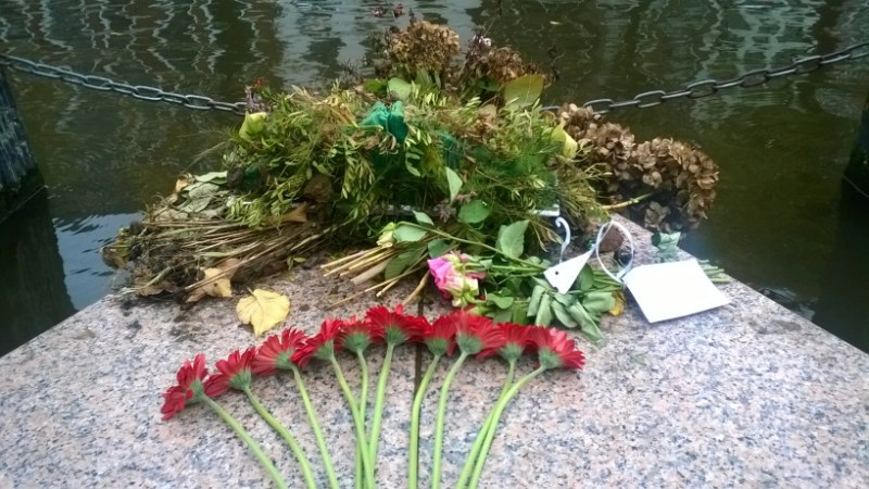 10 red flowers set down on the Homomonument by Giulia Traversari (The Homomonument)
