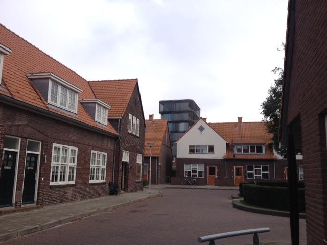In de Kwartelstraat stonden oude en nieuwe arbeiderswoningen door elkaar heen gebouwd door Marleen Veninga (Veldwerk Vuurwerkramp in Enschede)