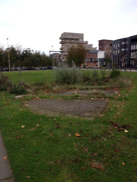 De plek waar S.E Fireworks zich bevond is zichtbaar door de oude betonnen fundering van de vuurwerkfabriek door Marleen Veninga (Veldwerk Vuurwerkramp in Enschede)